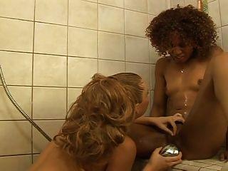 interracial Lesben Fick in der Dusche ... usb