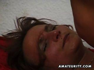 Amateur reife Frau saugt und fickt mit Sperma in den Mund