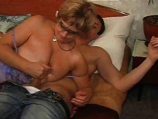 Oma mit jungen Männern ficken im Bett