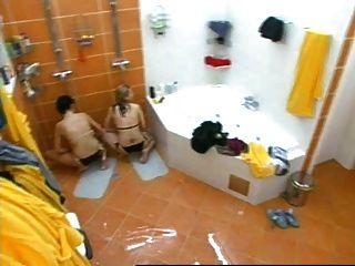 zwei Mädchen in der tschechischen großen Bruder unter der Dusche masturbiert