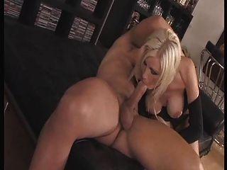 blonde Schlampe auf den Fersen gefickt und facialized anal