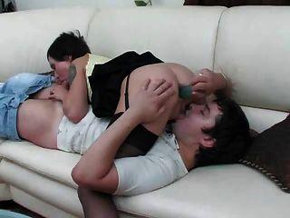 sexy Mama nimmt in ihren Arsch junger Mann Hahn