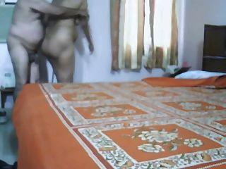 reife indische Paar Liebe machen im Schlafzimmer