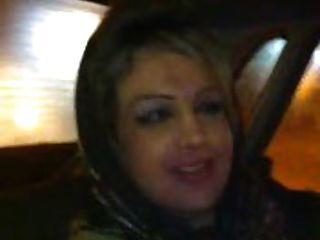 Hijab Mädchen bläst im Auto
