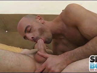 adam russo und junger Mann saugen sich gegenseitig ab