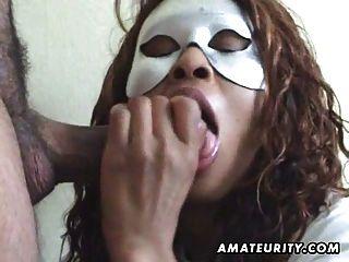 maskierten Amateur Frau saugt Hahn mit Gesichts