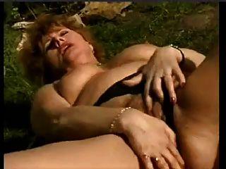 benetzen ältere Frau im Garten Masturbieren von snahbrandy