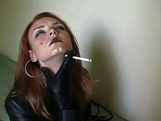Rauchen in Leder .....