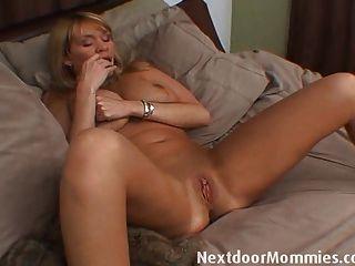 ältere Frau mit riesigen Titten masturbiert