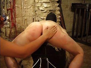 maskierte Schlampe wird von ihrer Herrin gefoltert