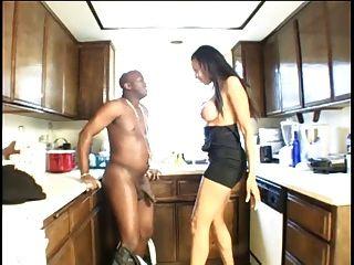 Ebenholz Schlampe gibt in der Küche einen Blowjob ihrem Freund