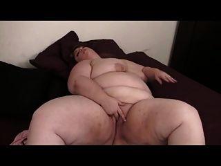 bbw blonde masturbiert auf dem Bett mit Spielzeug
