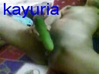 malaiisch Frau mit Gurke