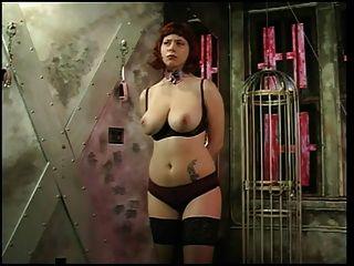 große Titten Rotschopf bekommt ihre Brüste von ihrem Meister fühlte