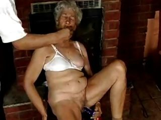 haarige Oma mit Dildos