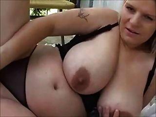 blond molliges Mädchen für Webcam spielen