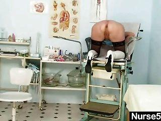 blonde Oma Krankenschwester selbst Prüfung mit Muschi Spreizer