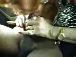 Amateur. italienische grannny, die Spaß mit zwei Jungen im Auto