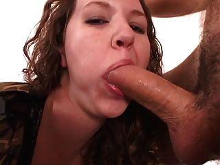 kurvige Brünette Küken gleitet Finger in ihre enge Arschloch