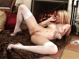 Babe masturbieren und mit ihrem Dildo spielen