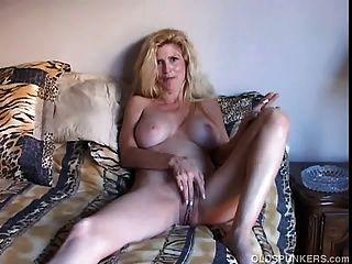 schöne blonde MILF genießt eine Rauchpause
