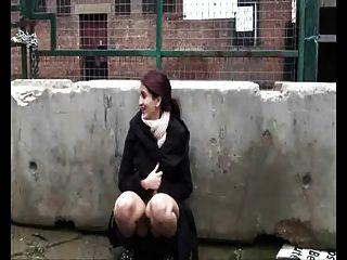 mollig indische Freundin im Freien mit behaarte Pussy spielen