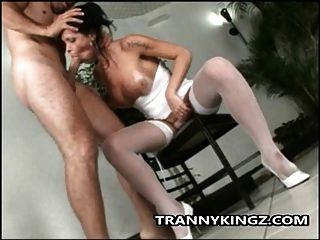 latina tranny hungrig nach einem Schwanz