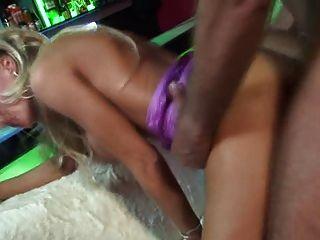 britische blonde Schlampe wird in lila gekleidet Netzstrümpfen gefickt
