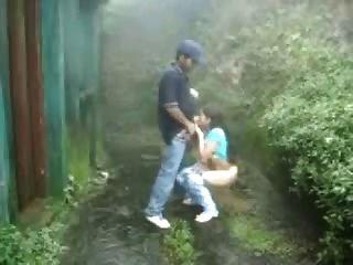 junge Paar Spaß im Freien