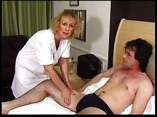 Skinny blonde Oma bekommt Creampie und Gesichts