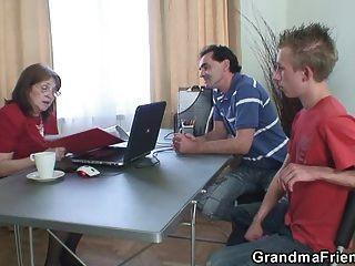 Oma von zwei arbeitslosen Jungs gefickt
