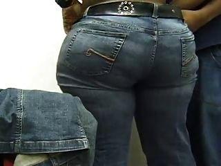 eine schöne schwarze Esel Hilfe auf ihre Jeans setzen.