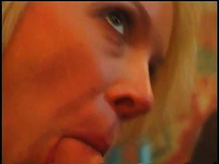 schöne Blondine mit großen saftigen Titten bekommt auf dem Esstisch gefickt