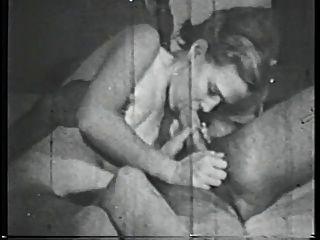 Brunette Babe mit frechen Tits saugt großen Schwanz auf dem Bett