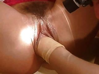 Haarige Muschi Rotschopf wird gefistet