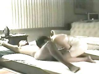 Frau elaine auf dem Wohnzimmerboden 4 (Hahnrei)