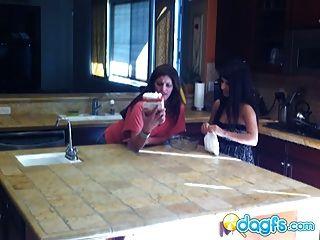 geile MILF isst in der Küche Teen Pussy