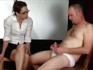 Mann in Unterhosen nach Lehrer bestraft