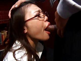 Büro Schlampe ibuki kniet nieder und gibt ihr Chef einen nassen blowj