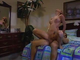 Mädchen mit dem großen Körper bekommt ihre nasse rosa gepflügt