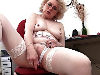 blonde reife und ihrem Dildo (Masturbation)