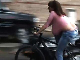 Kleiderbügel auf dem Fahrrad