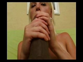 niedliche blonde Babe liebt die größten Dildos
