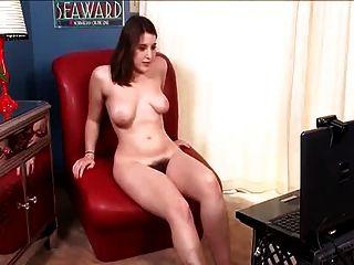 haarige Beryll an der Vorderseite der Webcam zu zeigen masturbieren