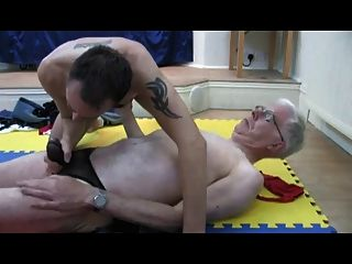 zwei ältere Männer in Riemen