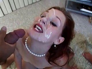 hübsches Gesicht in Sperma bedeckt