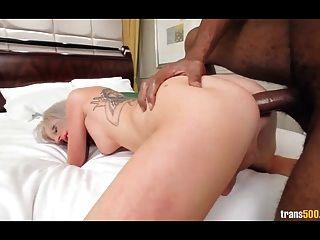sexy blonde Juilette Streu liebt Mund und Arsch gefickt
