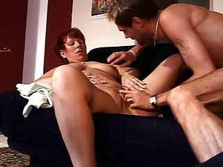 reife Dame Sex auf dem Sofa