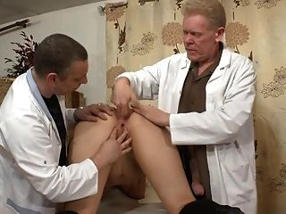 ein Amateur-Französisch Schlampe wird rasiert, gefistet und anal gesteckt