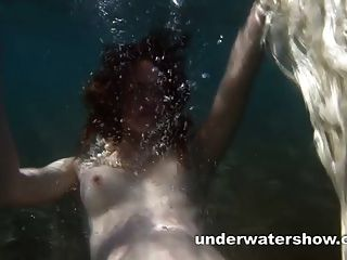 niedliche nastya ist ihr beautyful Körper unter Wasser zeigt